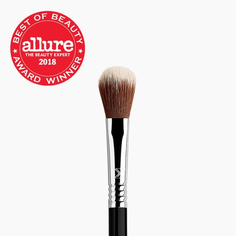 F03 High Cheekbone Highlighter™ Brush Best Of Beauty Award