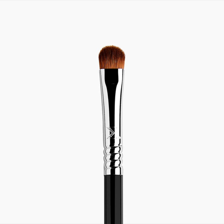 E57 Firm Shader Eye Brush - Black/Chrome